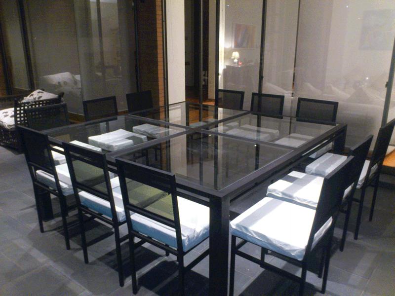 Comedor terraza metal 12 sillas fierro 4 cuadrados vidrio for Precios de comedores en vidrio